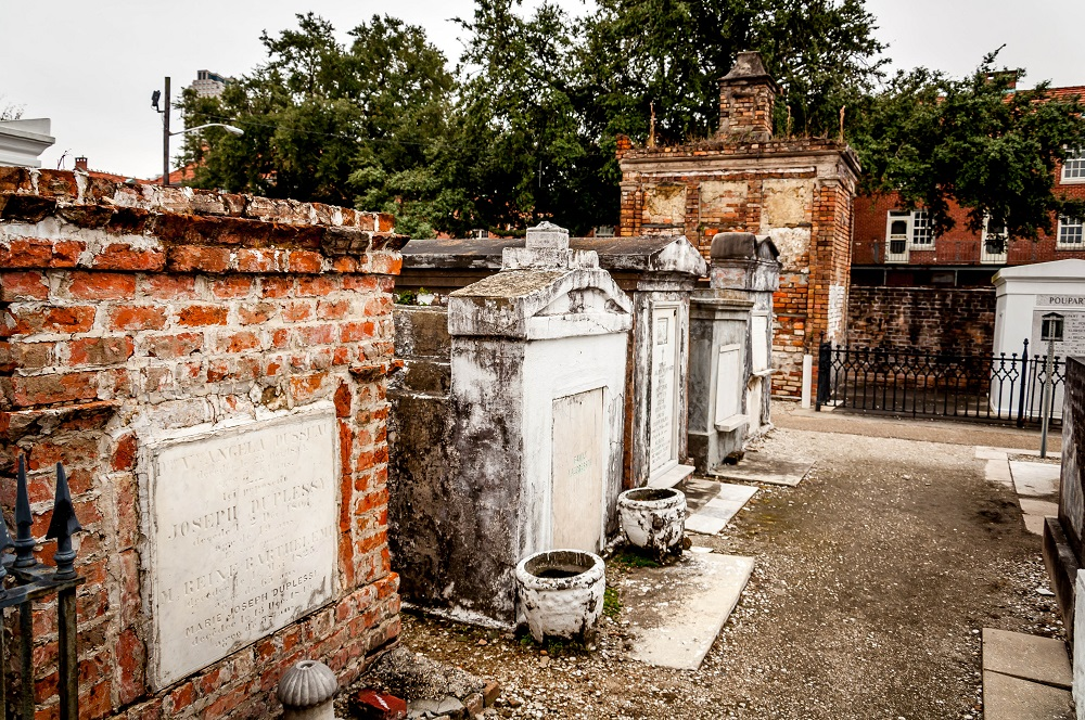 New-Orleans-St-Louis-cemetery-no-1-tombs